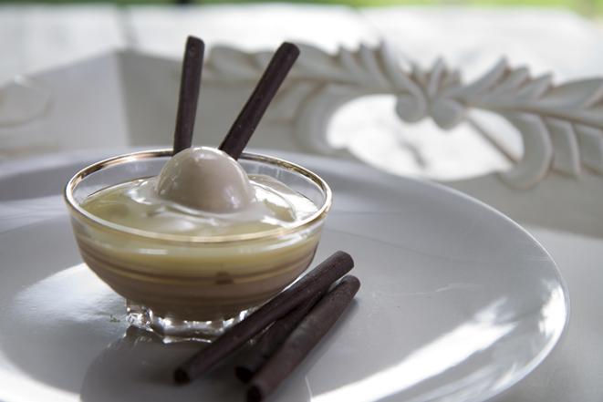 Chocolademousse met scharrelroom en caramelijs
